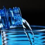 Woda źródlana czy mineralna – którą z nich wybrać?