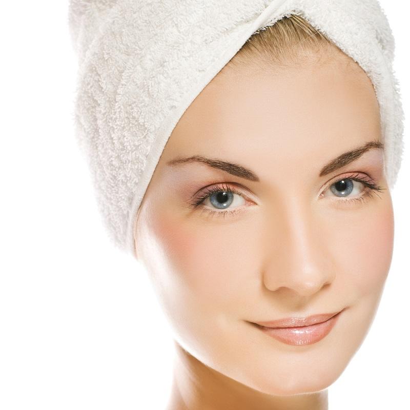 Perfekcyjnie czysta skóra, czyli jak prawidłowo przeprowadzać oczyszczanie twarzy w domu?