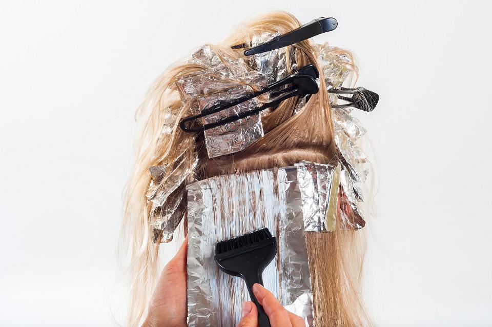 Słoneczne refleksy we włosach – naturalne farbowanie