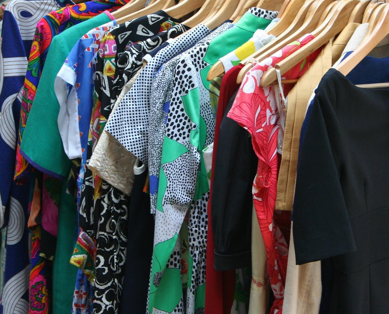 Modne sukienki, które warto mieć w swojej szafie