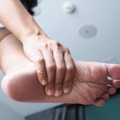 Z czego może wynikać bolesność pięt?