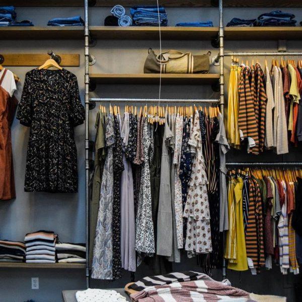 Sukienka, którą możesz wystylizować na kilka sposobów – poznaj 3 uniwersalne modele